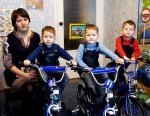 Мэр Ачинска обеспечил тройняшек транспортом