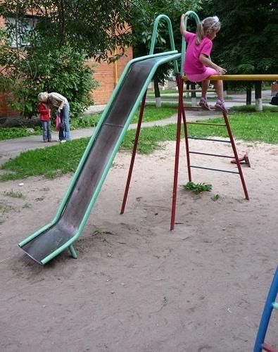 Детская горка во дворе
