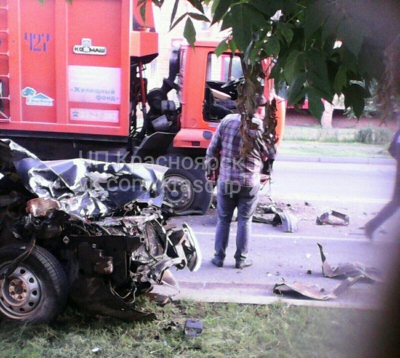 ВКрасноярске КАМАЗ раздавил легковую машину с нетрезвым водителем без прав