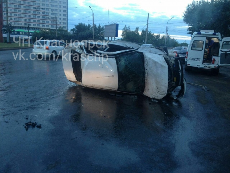 Рано утром вКрасноярске впроцессе погони перевернулся автомобиль Лада Granta