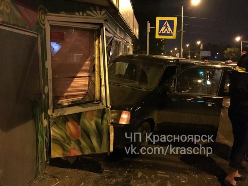 ВКрасноярске шофёр иномарки после ДТП сбил девушку ивъехал вларек