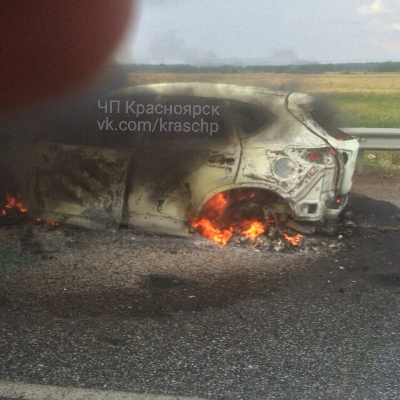 Вкрае выбежавшего иззагоревшегося автомобиля водителя насмерть сбил микроавтобус
