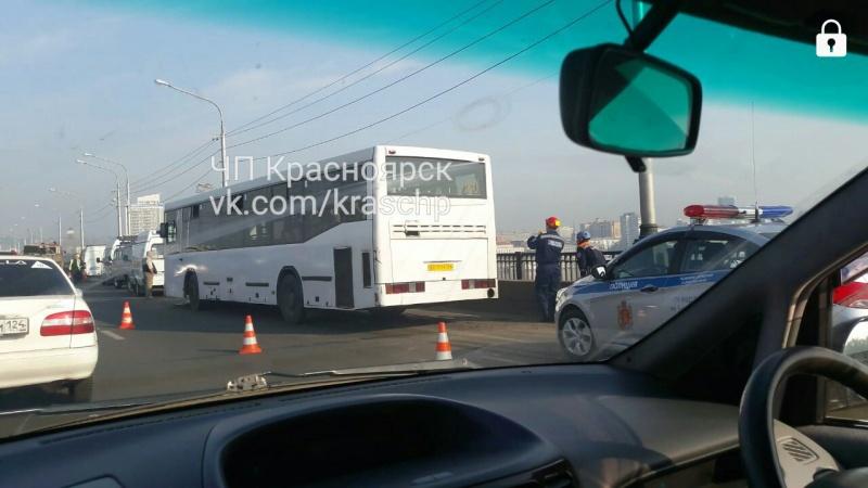 Cотрудники экстренных служб выехали напомощь пассажирам автобуса наКоммунальном мосту