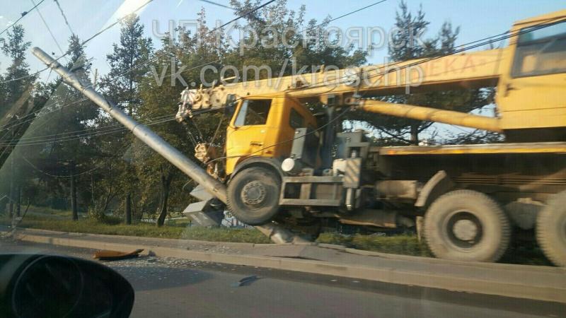 ВКрасноярске автокран без тормозов снес столб