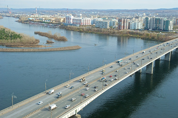 ВКрасноярске неизвестный мужчина спрыгнул сОктябрьского моста