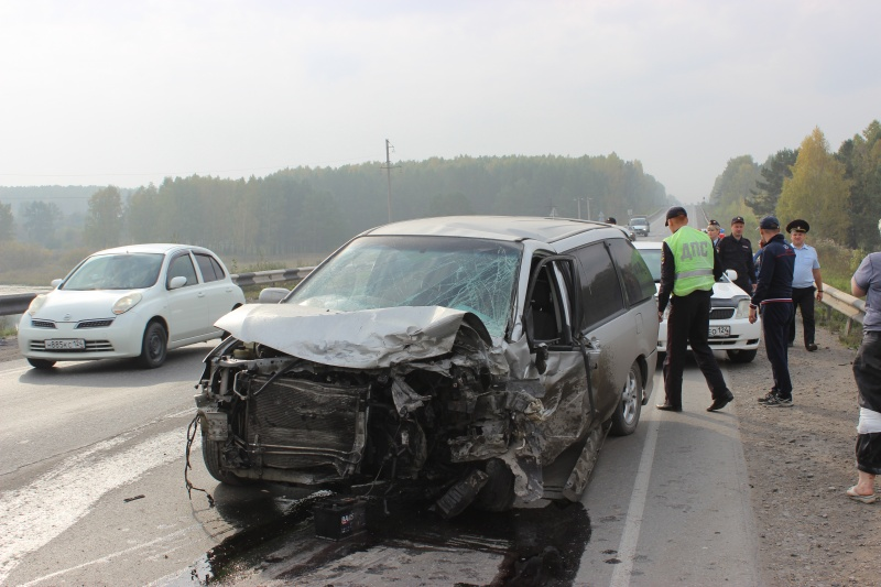 «Тойота» превратилась вгруду металла в трагедии совстречным авто иотбойником