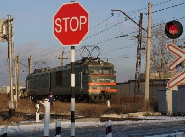 Поезд суглем иКамАЗ столкнулись вКрасноярском крае