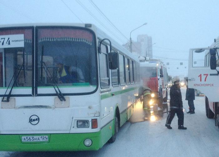 ВКрасноярске полыхнул автобус спассажирами