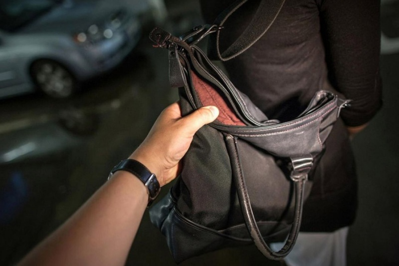 ВАчинске ребенок ограбил женщину наулице