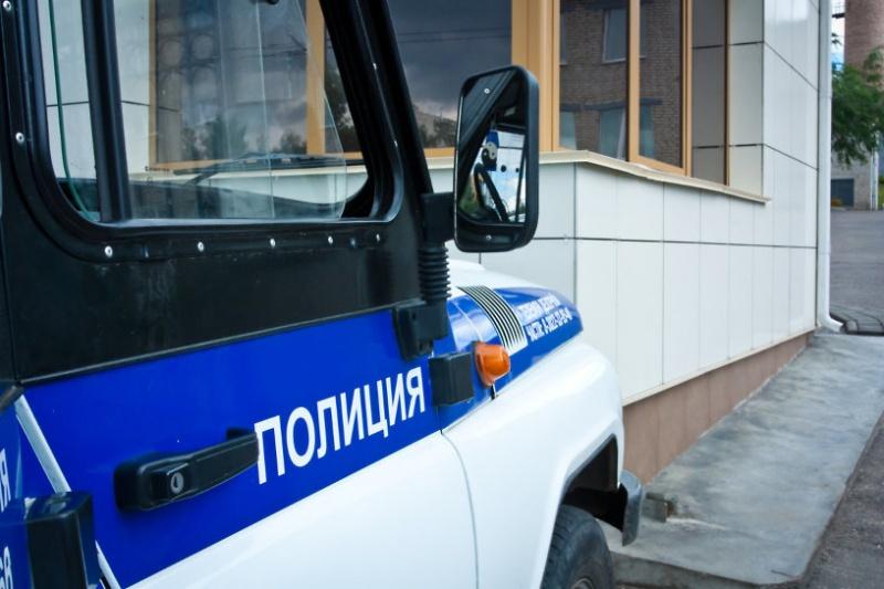 ВКрасноярске полицейский наулице ограбил прохожего