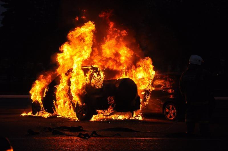 ВКрасноярске мужчина сжег после ДТП угнанный автомобиль
