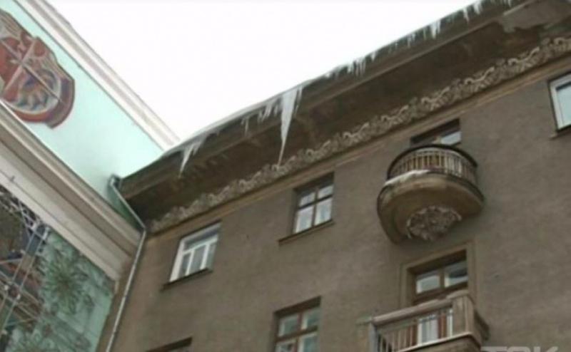 ВКрасноярске упавшая впроцессе очистки крыши сосулька убила рабочего