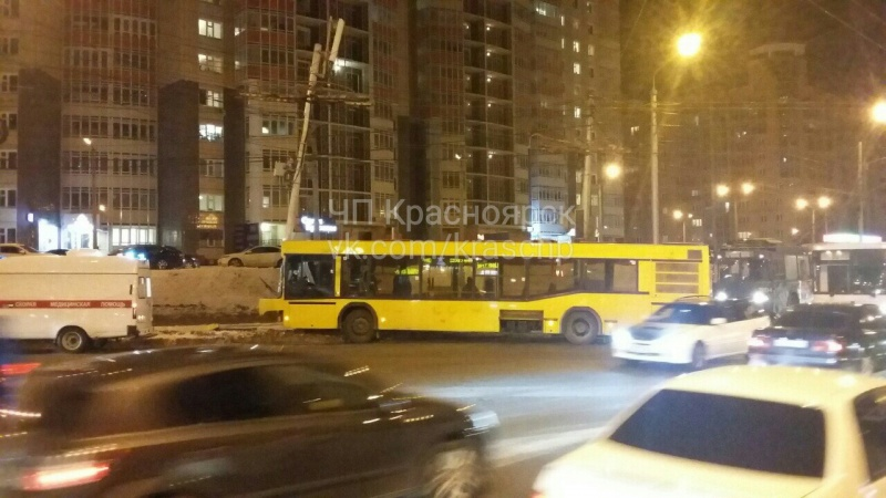ВКрасноярске автобус спассажирами наперекрёстке врезался встолб