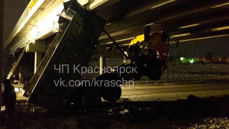 ВКрасноярске грузовой автомобиль споднятым кузовком застрял под мостом