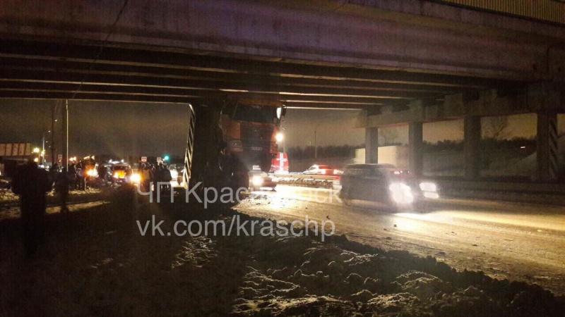 ВКрасноярске фургон застрял под мостом, зацепившись кузовком