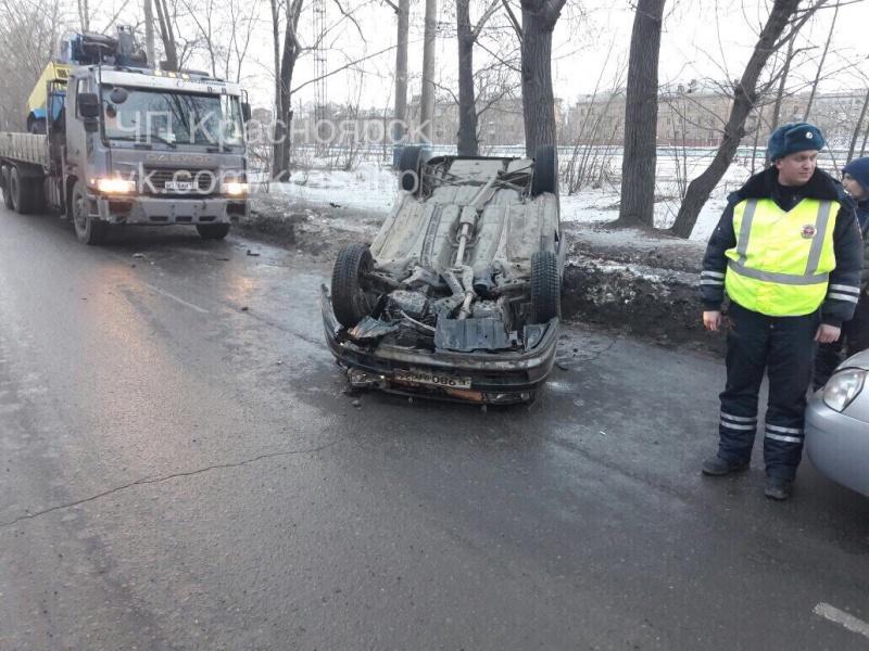 Массовое ДТП наСемафорной вКрасноярске: «десятка» перевернула иномарку