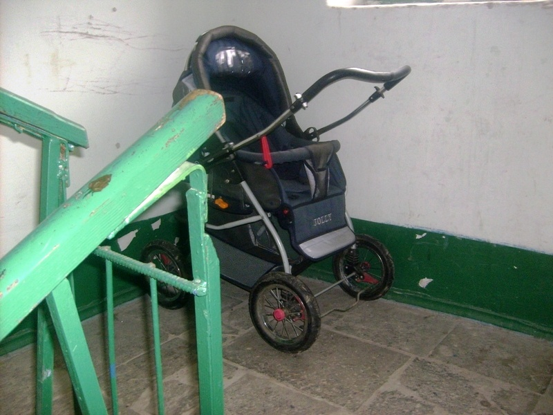 ВКрасноярске нетрезвый мужчина похитил усоседей детскую коляску
