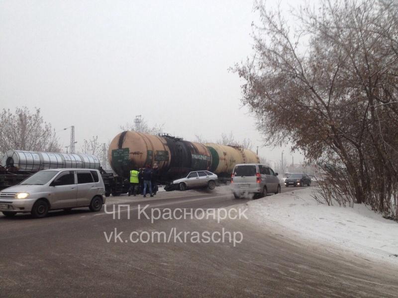 ВКрасноярске легковой автомобиль занесло под поезд