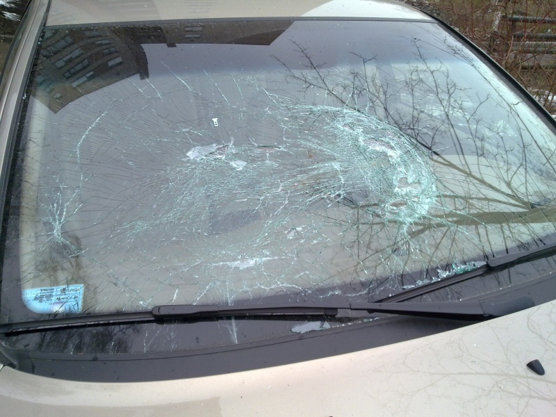 Заразбитое парнем стекло владелец автомобиля добивался свыше 50 тыс. руб.