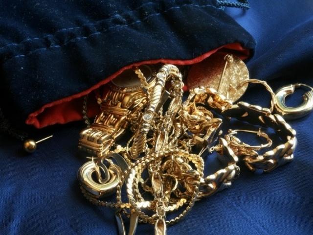 20-летняя няня вКрасноярске украла золотые украшения усвоего работодателя
