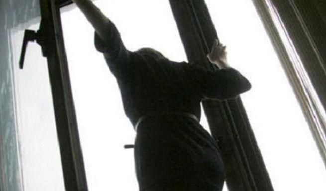Школьницу госпитализировали после падения с 5-ого этажа вКрасноярске
