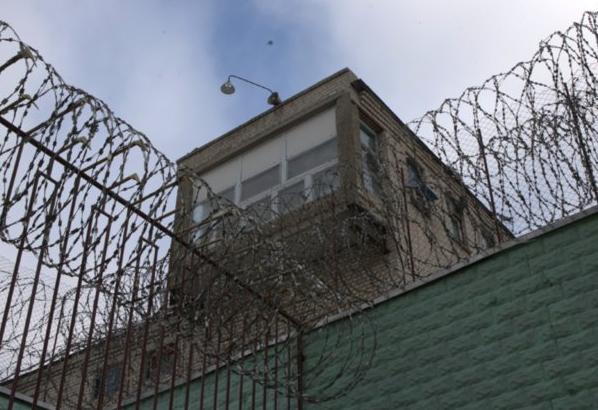 Инспектор колонии вКрасноярском крае завзятки сказал заключенным модем иплеер