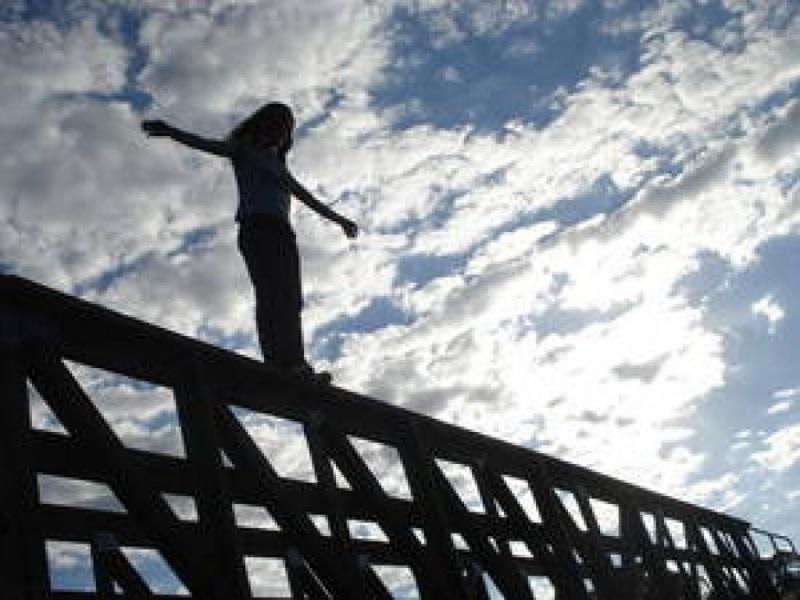 Cотрудники экстренных служб ищут женщину, спрыгнувшую сОктябрьского моста вКрасноярске