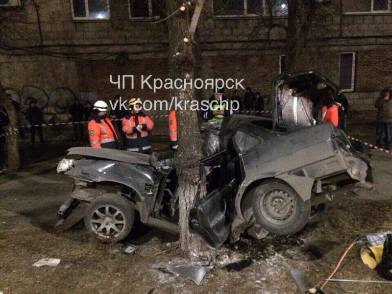 ВКрасноярске шофёр ВАЗа вылетел накрасный иразбился одерево