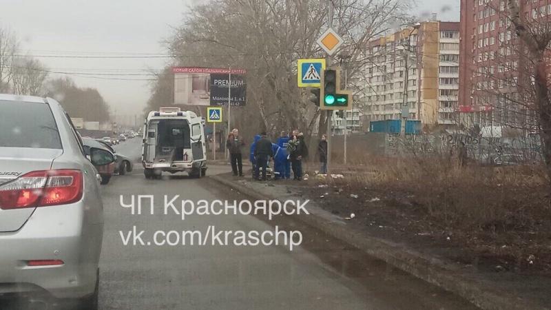 Вольво после ДТП вКрасноярске вылетел натротуар исбил пешехода