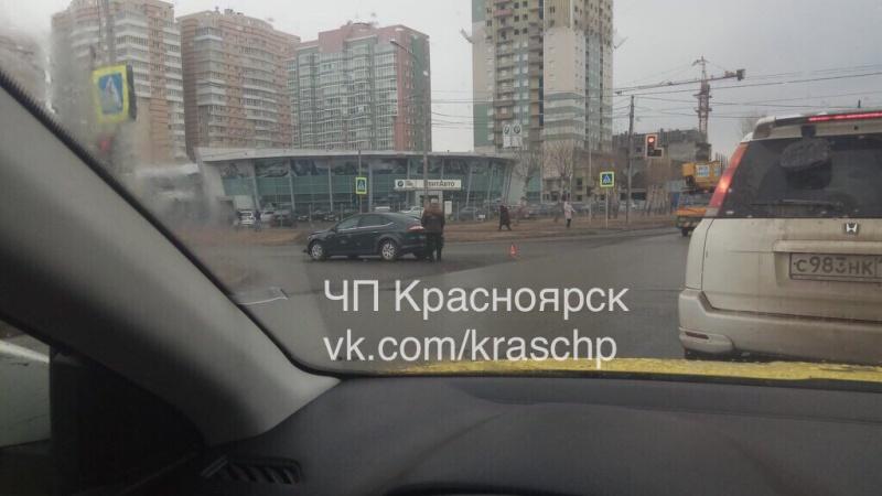 ВКрасноярске наВзлётке девушка зарулём сбила женщину-пешехода