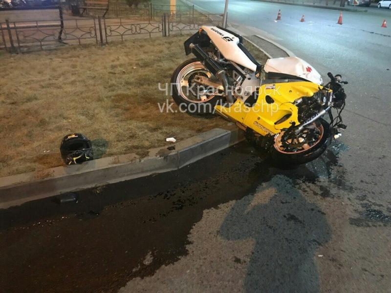 ВКрасноярске ночью мотоциклист разбился оповорачивающую Хонда