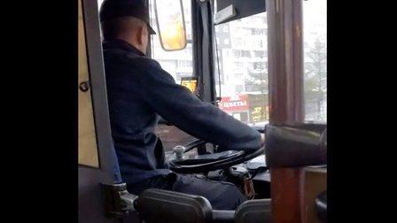 ВКрасноярске шофёр маршрутки играл внарды прямо зарулём