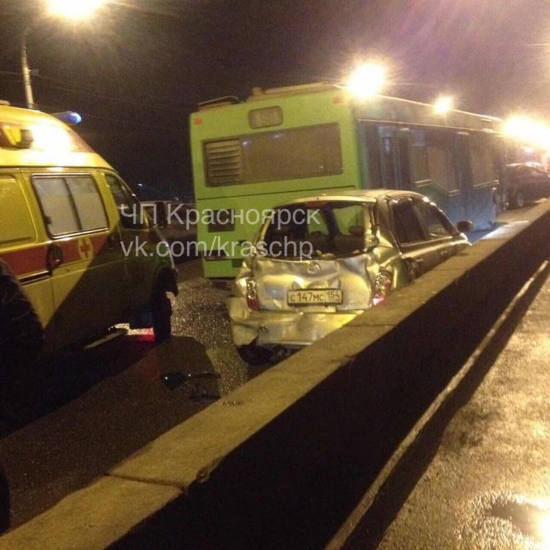 ВКрасноярске вмассовом ДТП наКоммунальном мосту пострадала девушка