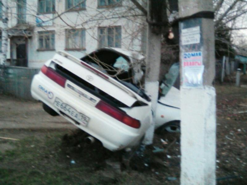 Машину согнуло пополам отстолкновения сдеревом: умер шофёр