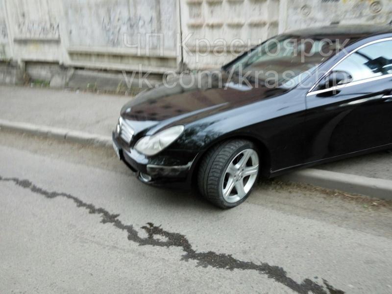 Буйный участник ДТП наБаумана из«Мерседеса» разбил камеру впатрульном автомобиле