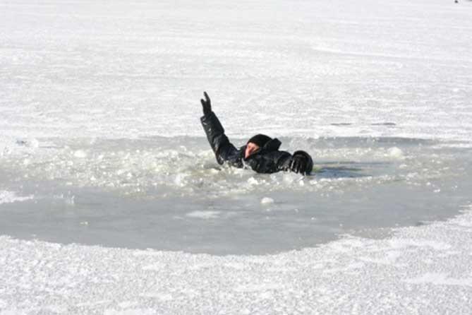 ВКрасноярском крае спасли провалившегося под лед рыбака