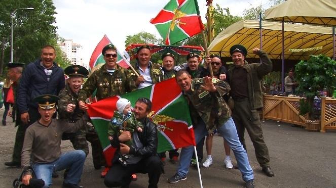 День пограничника подчеркнули вЮжно-Сахалинске смотром техники ивозложением цветов