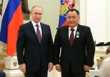 Владимир Путин вручил сибирским губернаторам госнаграды
