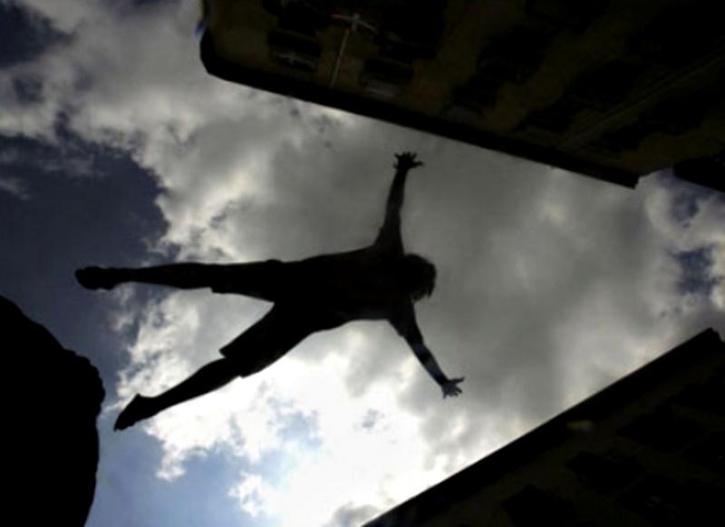 ВКрасноярске ребенок выпал с6 этажа