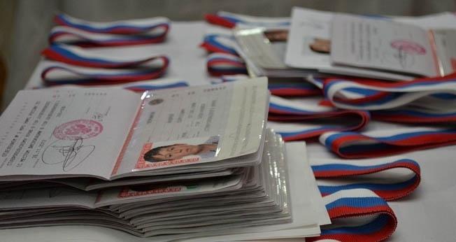 ВВоронеже губернатор вручил паспорта 14-летним учащимся вДень РФ