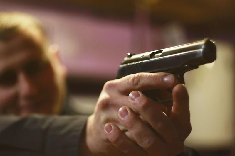 ВКрасноярске мужчина пугал людей пистолетом вкафе