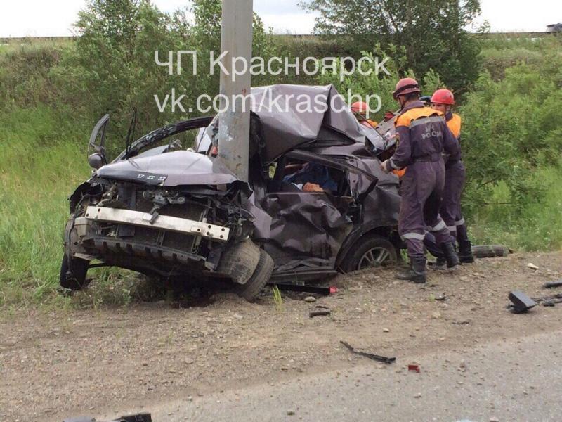 Фото жуткого ДТП вКрасноярске, где Ниссан врезался встолб