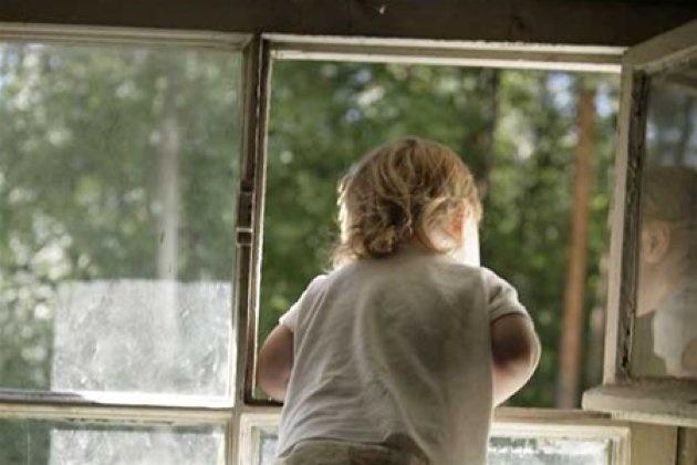 ВКрасноярском крае ребёнок выпал изокна. Родители незаметили