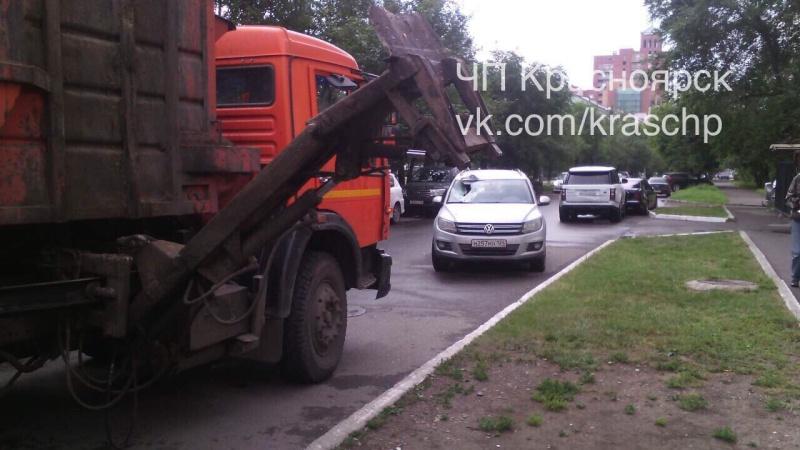 ВКрасноярске мусоровоз протаранил Фольксваген