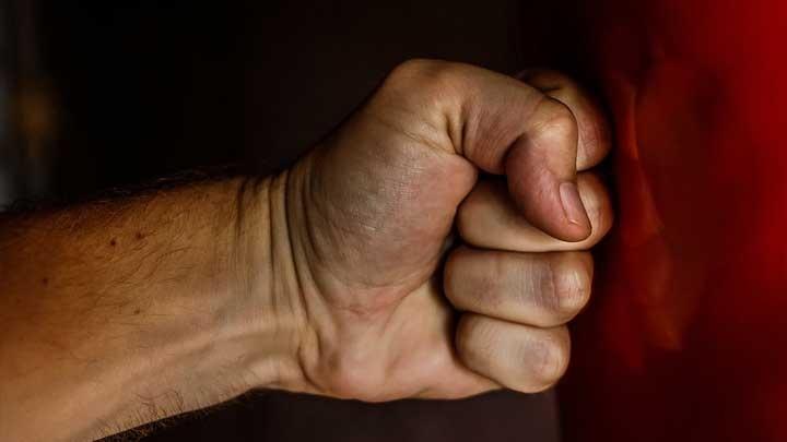ВКрасноярске полицейский пострадал после нападения мужчины