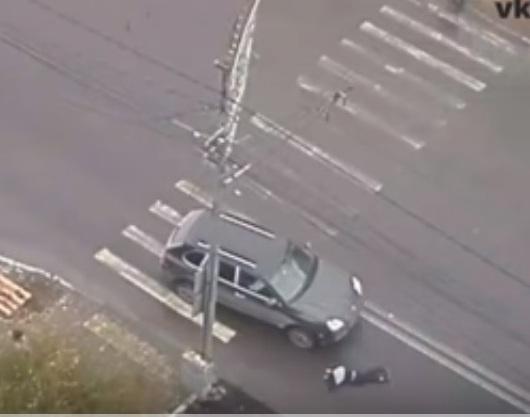 Вцентре Красноярска напешеходном переходе Порш Cayenne сбил школьника