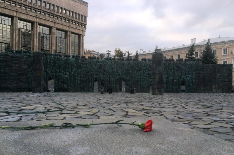 Путин принял участие вцеремонии открытия мемориала «Стена скорби» в столицеРФ
