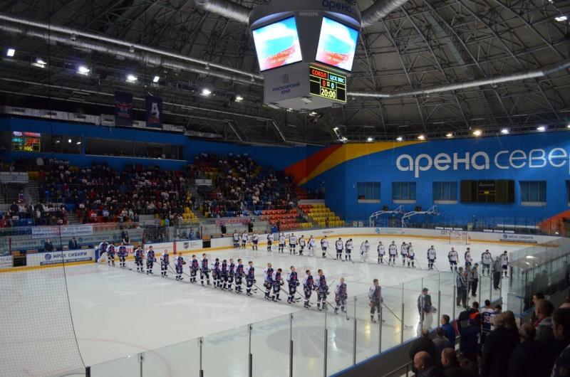 Красноярский хоккеист разбил стекло вовремя матча