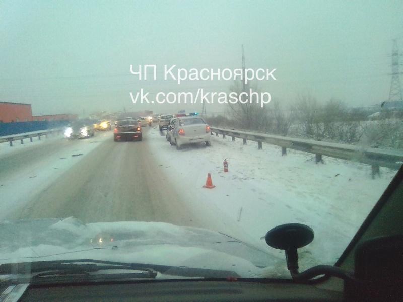 ВКрасноярске вмассовом ДТП фура слетела вкювет