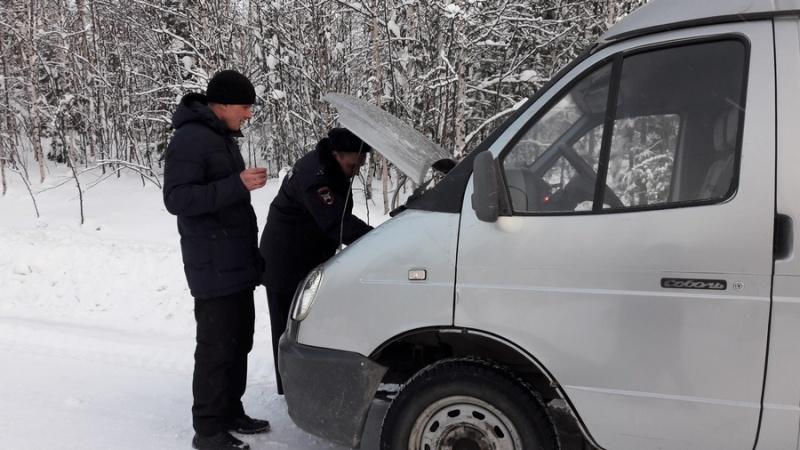 ВКрасноярском крае патруль ДПС спас замерзающего водителя натрассе